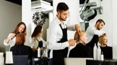 نحوه نشستن مشتری و ایستادن آرایشگر